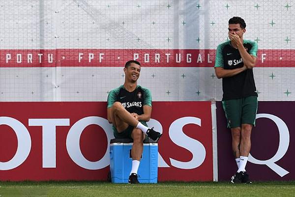C. Ronaldo cười tít mắt khi trò chuyện với trung vệ Pepe.