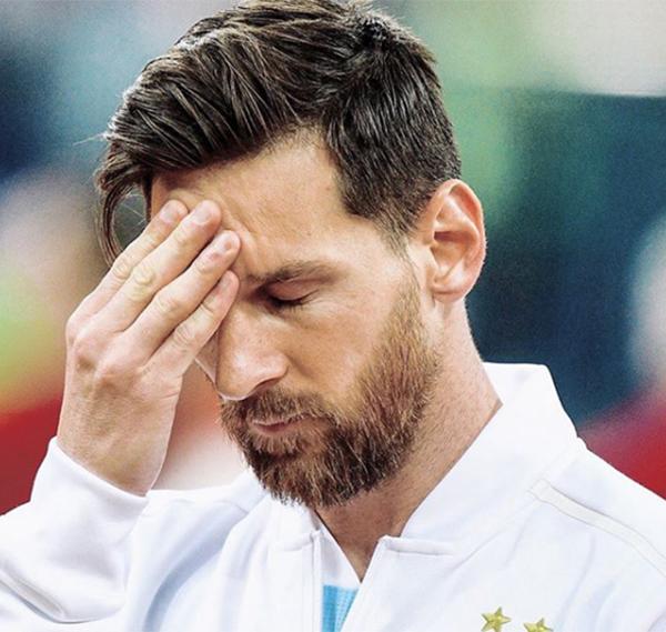 Khi trận đấu giữa Argentina và Croatia còn chưa bắt đầu, Messi đã lộ dấu hiệu mệt mỏi. Camera truyền hình ghi lại được cảnh Messi nhắm mắt, xoa chán, cố gắng giải tỏa stresstrong thời gian hai đội chào cờ và hát quốc ca.