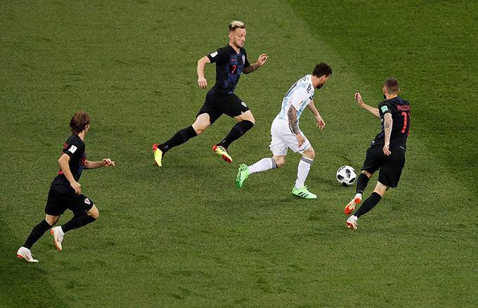Messi vào trận với tinh thần quyết tâm. Tuy nhiên, anh luôn bị các cầu thủ Croatia theo rất sát. Điều này khiến anh gặp nhiều khó khăn trong việc tiếp cận khung thành đối phương.