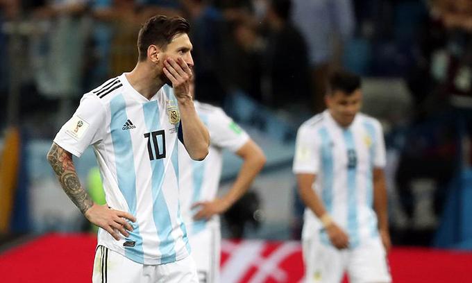 Messi bất lực nhìn đội nhà phải nhận tới ba bàn thua.