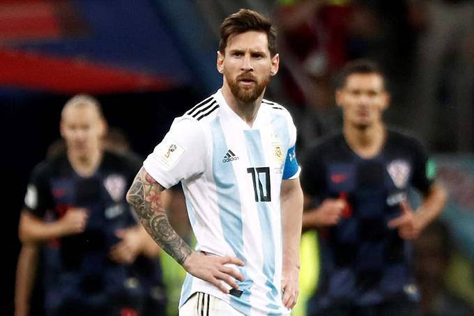 Vẻ mặt sầu não của Messi. Tại World Cup lần này, anh được đặt kỳ vọng rất nhiều nhưng sau hai trận vẫn chưa thể ghi bàn.
