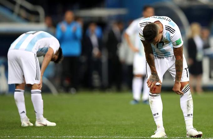 Với thất bại này, tuyển Argentina đối mặt với nguy cơ lớn bị loại ngay từ vòng bảng World Cup 2018. Ở lượt đấu cuối, Argentina buộc phải đánh bại Nigeria nhưng họ cũng không thể tự quyết định số phận của mình. Nếu Iceland đánh bại Nigeria trong trận đấu ngày 23/6 tới, cánh cửa đi tiếp của Messi và đồng đội gần như khép lại.