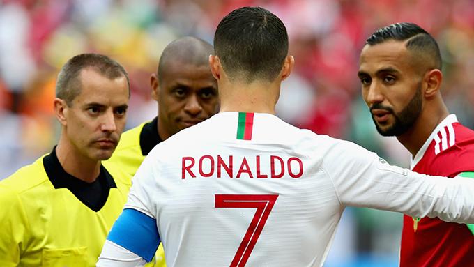 Trọng tàiMark Geiger (trái)là người cầm còi trận đấu giữa Bồ Đào Nha và Marốc hôm 20/6. Ảnh: Goal.
