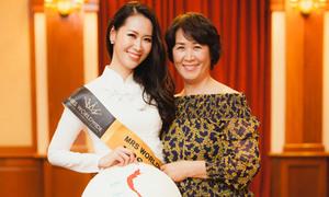 Dương Thùy Linh được mẹ chăm sóc khi đi thi Mrs Worldwide