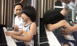 Con trai Duy Mạnh khóc nức nở khi được bố dạy đàn