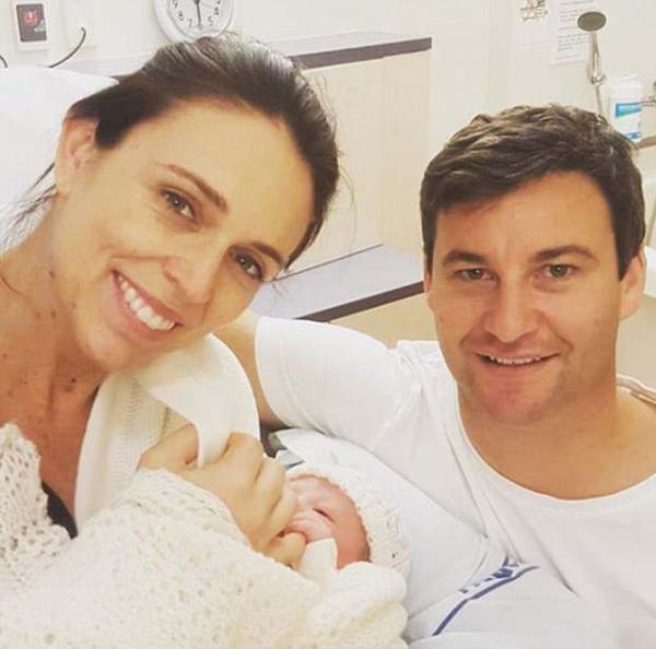 Thủ tướng New Zealand bên chồng và con gái mới sinh trong bệnh viện Thành phố Auckland. Ảnh: Instagram.