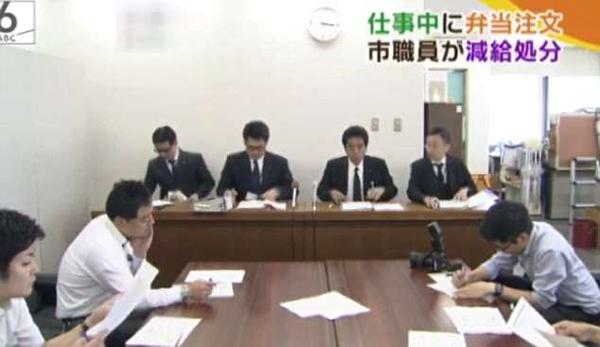 Ban lãnh đạo công ty nước Kobe thu xếp cuộc họp báo với các phóng viên và phát sóng trên truyền hình. Ảnh cắt từ video.