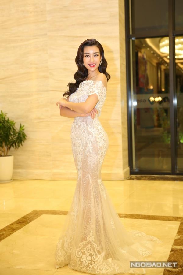 Đỗ Mỹ Linh chọn kiểu váy ôm đuôi cá của nhà thiết kế Phạm Đăng Anh Thư để xuất hiện thảm đỏ. Cô tự tin khoe vóc dáng trước ông kính.