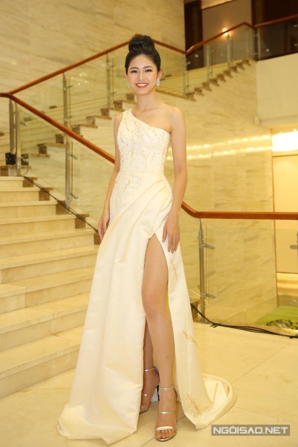 Thanh Tú theo đuổi phong cách gợi cảm trong một chiếc váy xẻ chân. Á hậu 1 Hoa hậu Việt Nam 2016 đảm nhận vai trò MC thảm đỏ của đêm chung khảo.