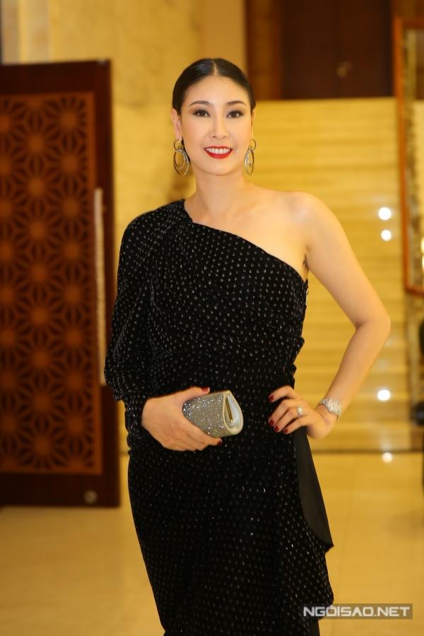 Hà Kiều Anh khoe vai trần gợi cảm. Cô từng đăng quang Hoa hậu Việt Nam 1992 khi mới chỉ 16 tuổi.