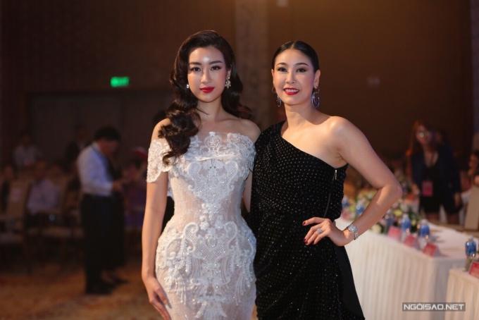 Đỗ Mỹ Linh và Hà Kiều Anh đọ dáng cùng nhau trên hàng ghế ban giám khảo.