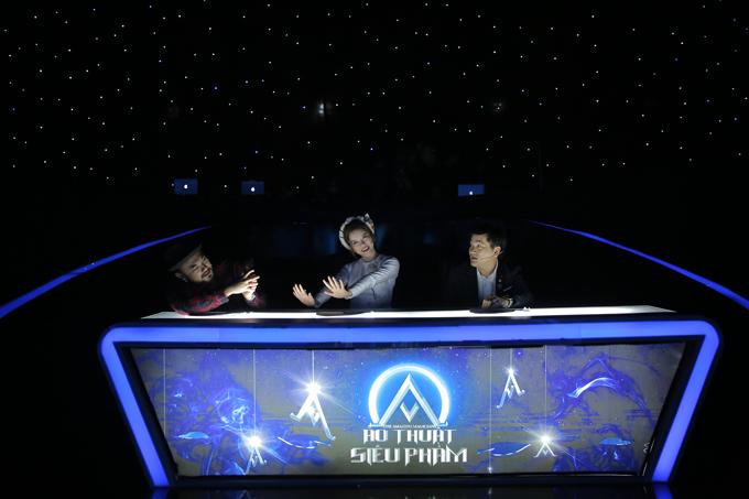 Bộ ba ban giám khảo tung hứng rất ăn ý khi nhận xét về các màn ảo thuật. Lý Nhã Kỳ là trung tâm của sự quan tâm khi đượcPetey Majik và Palmas Nguyên chiều chuộng hết mực. Trong ảnh, Petey Majik giúp Lý Nhã Kỳ ghi lại khoảnh khắc nhí nhảnh trên ghế giám khảo.Ảo thuật siêu phàm xây dựng theo format của chương trình Amazing Magicians - gameshow đạt kỷ lục về lượng người theo dõi sau khi ra mắt tại Trung Quốc vào năm 2017. Tập 8 - đêm thứ 2 của Ảo thuật siêu phàm với chủ đề Tình yêusẽ lên sóng lúc 20h chủ nhật, ngày 24/6 tới.