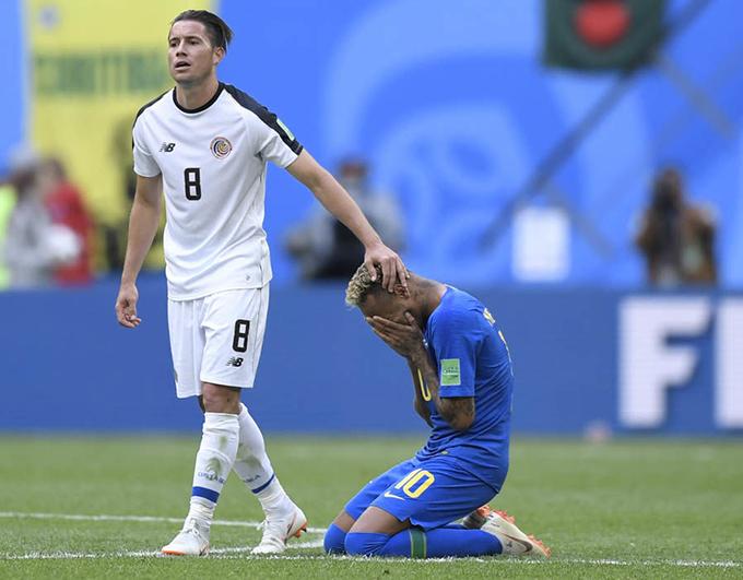 Cầu thủ Costa Rica xoa đầu động viên và chúc mừng Neymar.