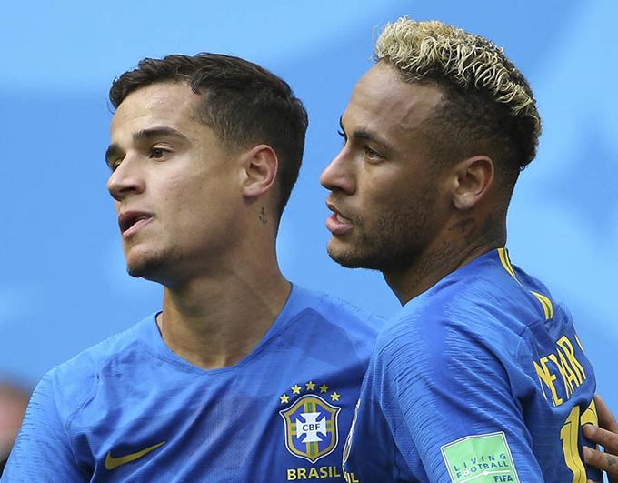 Coutinho chia sẻ niềm vui với Neymar. Coutinho chính là người ghi bàn khai thông bế tắc cho tuyển Brazil trước đó ít phút.