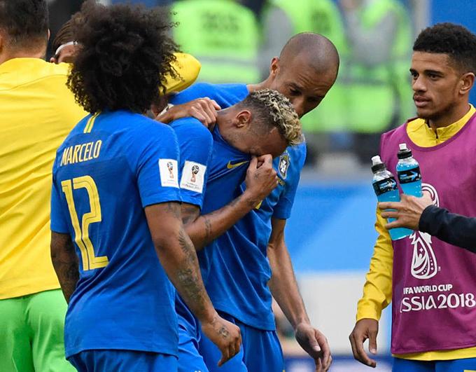 Neymar vẫn khóc khi cùng đồng đội rời sân vào đường hầm. Ngôi sao tuyển Brazil tới với vòng chung kết World Cup 2018 mà không có được thể trạng tốt nhất. Anh dính chấn thương và phải nghỉ phần lớn mùa giải ở CLB PSG. Trong trận hoà 1-1 với Thuỵ Sĩ, Neymar thể hiện phong độ không tốt khi bị cầu thủ đối phương đeo bám chặt và thường xuyên phạm lỗi. Với chiến thắng 2-0 trước Costa Rica, Brazil chỉ cần hoà Serbia ở lượt đấu cuối vòng bảng là sẽ giành quyền đi tiếp.