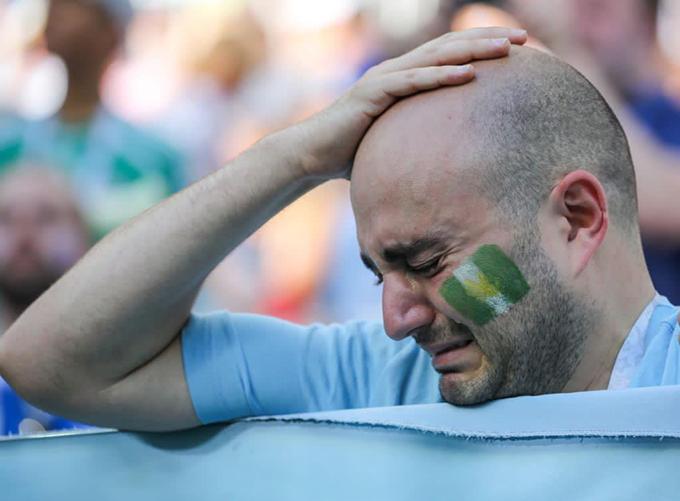 CĐV Argentina khóc vì lo lắng tuyển Argentina sẽ bị loại và không còn cơ hội được xem Messi thi đấu cho tuyển quốc gia. Ảnh: BBC.