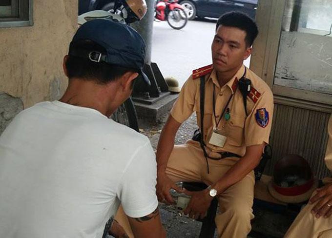 Nam thanh niên được cảnh sát giao thông đưa vào trong và khuyên ngăn về với gia đình. Ảnh: Sơn Hiệp