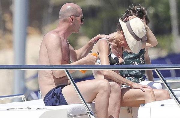 Zidane thư giãn trên du thuyền cùng vợ - 1