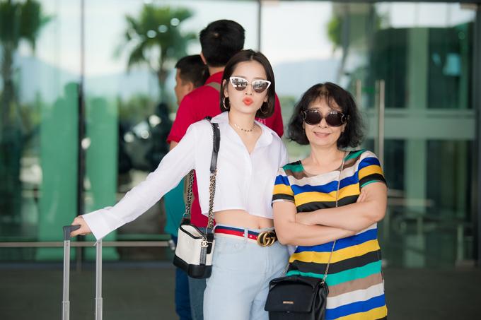 Chi Pu đọ vẻ sành điệu với Đỗ Mỹ Linh ở sân bay - 4