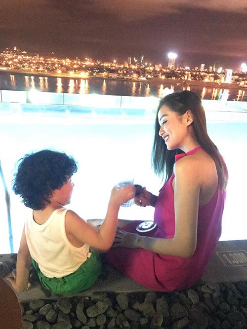 Diễm Hương ngồi bên hồ bơi vô cực, cụng ly cùng con trai cưng Noah.