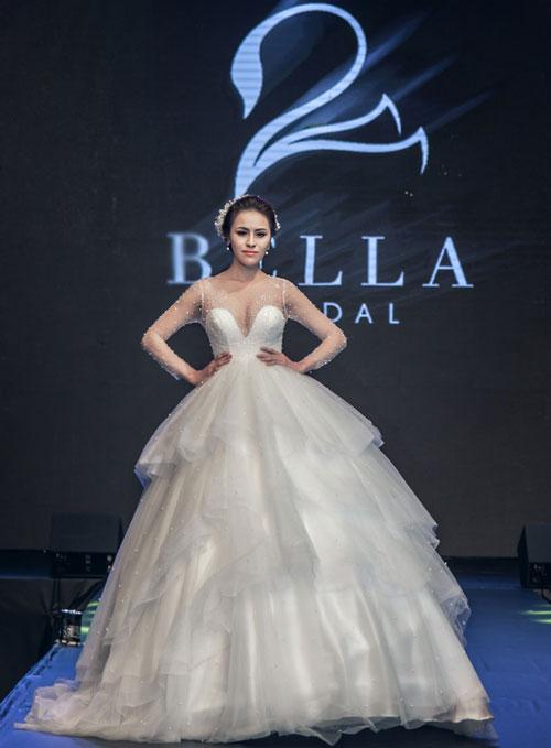 Váy công chúa xếp tầng với kiểu cổ áo hai trong một tôn vòng một tròn đầy.