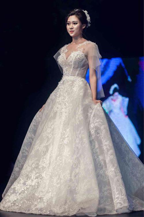 Váy ren thêm với tổng thể là phong cách nhẹ nhàng, sang trọng. Chi tiết tay cánh tiên không quá rườm rà mà khiến cô dâu trở nên điệu đà, thanh thoát trong ngày trọng đại.