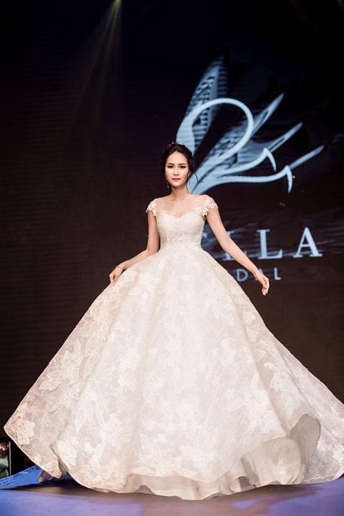 Những mẫu váy cưới hiện đại thường không sử dụng tùng thép cồng kềnh đều tạo độ phồng, mà được thay thế bằng tùng vải hoặc là kết quả của cách dựng phom độc đáo.