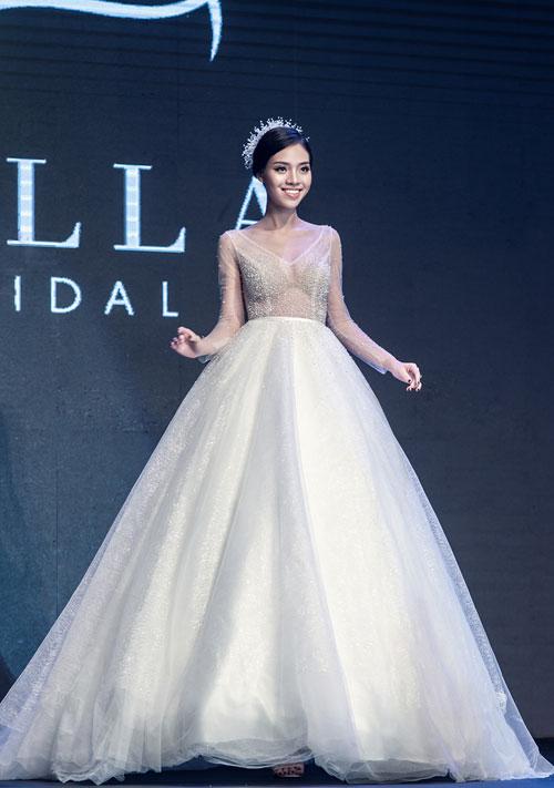 Những chiếc váy xòe kiểu công chúa vẫn được dự đoán là lựa chọn hàng đầu của các cô dâu. Tuy nhiên, các nhà thiết kế chú trọng hơn vào chất liệu và giản lược chi tiết trang trí rườm rà.