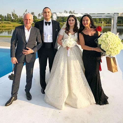 Hai vợ chồng chụp ảnh bên người thân. Theo tờ Mirror, đám cưới của Irina tốn kém hơn so với hôn lễ của cô chị Maria vào năm 2015.