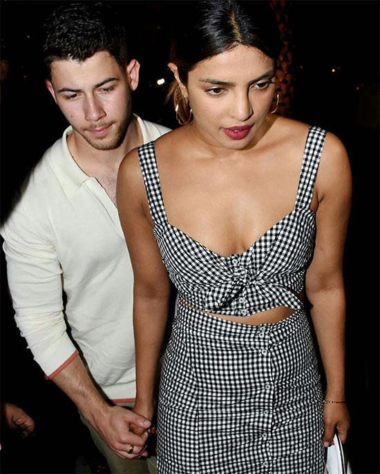 Nick Jonas và Priyanka Chopra tay trong tay tới một nhà hàng ở Mumbai, Ấn Độ tối 22/6.