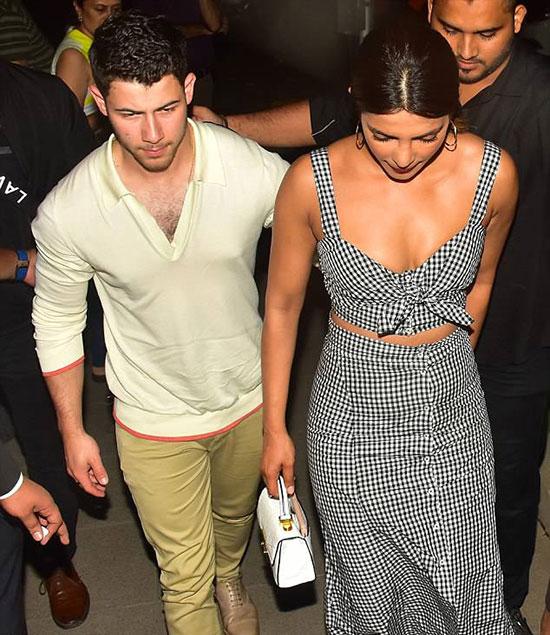 Theo India.com, Priyanka giới thiệu Nick với mẹ cô, bà Madhu Chopra, trong bữa tối này. Đây cũng là lần đầu tiên Nick đến thăm Ấn Độ.