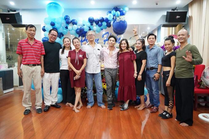 Đông đảo bạn bè và học sinh của đôi vợ chồng đã đến chúc mừng sinh nhật Phan Hiển.