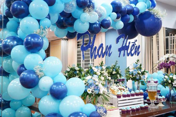 Không gian tràn ngập bóng bay và hoa tươi tại tiệc sinh nhật của Phan Hiển.