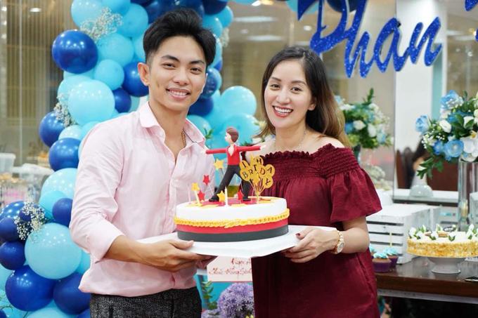 Phan Hiển sinh năm 1993, năm nay tròn 25 tuổi. Mặc dù kém vợ 12 tuổi nhưng anh luôn chứng tỏ mình là người chồng, người cha tận tâm, yêu thương gia đình hết mực.