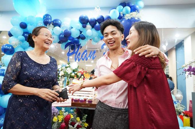 Mẹ Khánh Thi rất yêu mến chàng rể trẻ tuổi. Bà đã chuyển hẳn vào Sài Gòn để giúp vợ chồng con gái trông nom cháu ngoại.