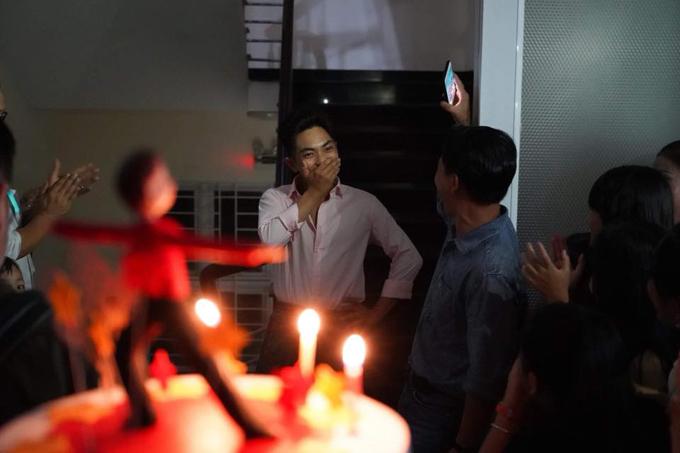 Trên trang cá nhân, Khánh Thi chia sẻ một số hình ảnh trong tiệc sinh nhật của ông xã Phan Hiểndo cô và các học viên ở trung tâm dance sport tổ chức. Phan Hiển đã rất bất ngờ trước bữa tiệc mọi người dành cho mình trong ngày bước sang tuổi mới.