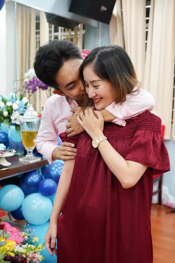 Mặc dù vết sinh mổ của Khánh Thi vẫn chưa lành hẳn nhưng cô vẫn chịu đau để làm tiệc sinh nhật cho chồng.