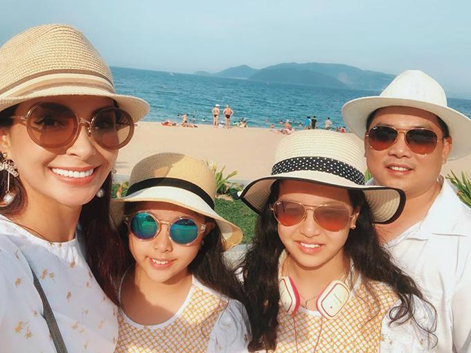 Ngay khi hai nàng công chúa Suli - Suti được nghỉ hè, vợ chồng Thuý Hạnh - Minh Khang đã có các con đi du lịch mệt nghỉ. Đầu tiên là chuyến hội ngộ với gia đình chị gái Thuý Hằng ở Hạ Long, tiếp đó là kỳ nghỉ ở Nha Trang nắng gió.