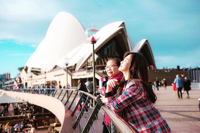 Hương Tràm tận hưởng khung cảnh huy hoàng ở nhà hát Con sò ở Sydney. Cô vừa có chuyến lưu diễn dài ngày kết hợp du lịch ở Australia cùng gia đình.
