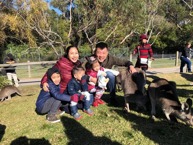 Cũng giống gia đình Lý Hải Minh Hà, vợ chồng Ốc Thanh Vân và Trí Rùa đưa các con sang Australia nghỉ hè. Các bé được bố mẹ đưa đi thăm vườn thú, chơi cùng kangaroo, check in ở nhà hát con sò ở Sydney hay lái xe tới bãi biển New South Wales hóng gió...