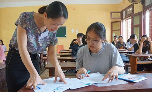 Học sinh hoàn tất thủ tục dự thi chiều 24/6 tại điểm trường THPT Đào Duy Từ, TP Thanh Hoá. Ảnh: Lê Hoàng.