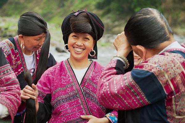 Theo tín ngưỡng của người Yao, mái tóc của người phụ nữ tượng trưng cho tuổi thọ, sự thịnh vượng và may mắn.
