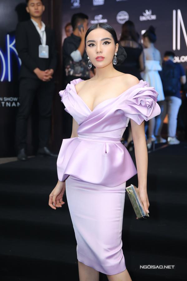 Kỳ Duyên điệu đà cùng mẫu váy peplum tông tím pastel.