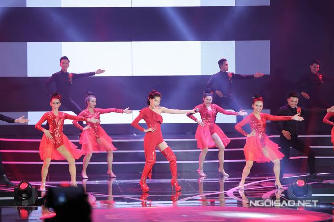 Chi Pu thể hiện ca khúc Đóa hoa hồng cho phần mở đầu thi bikini của top 30 thí sinh chung khảo miền Nam Hoa hậu Việt Nam 2018. Đây là lần đầu tiên nữ ca sĩ trình diễn trong một cuộc thi nhan sắc lớn cũng như trên sóng truyền hình quốc gia.