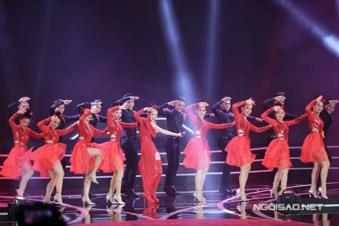 Chi Pu diện trang phục màu đỏ nổi bật và tự tin khoe vũ đạo sôi động, gợi cảm.