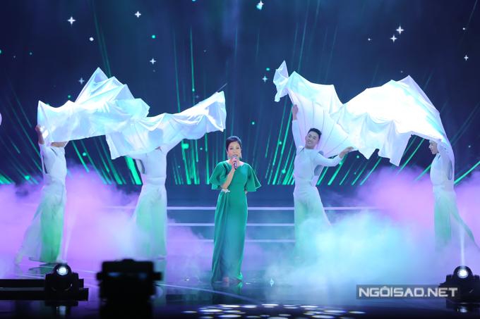 Ca sĩ Mỹ Linh khoe giọng hát đẳng cấp và tiết mục đầu tư kỹ lưỡng qua hai ca khúc Cám ơn một đóa xuân ngời - Hương ngọc lan.