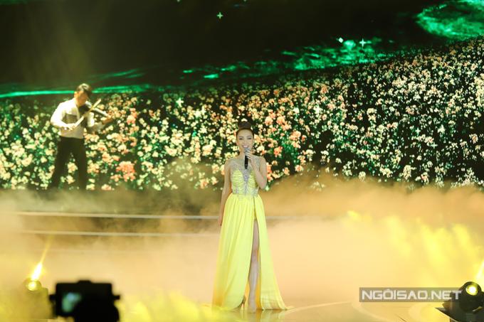 Ái Phương trình diễn bản hit quen thuộc Tôi thấy hoa vàng trên cỏ xanh. Cô từng đảm nhận vai trò MC đêm chung kết Hoa hậu Việt Nam 2016.