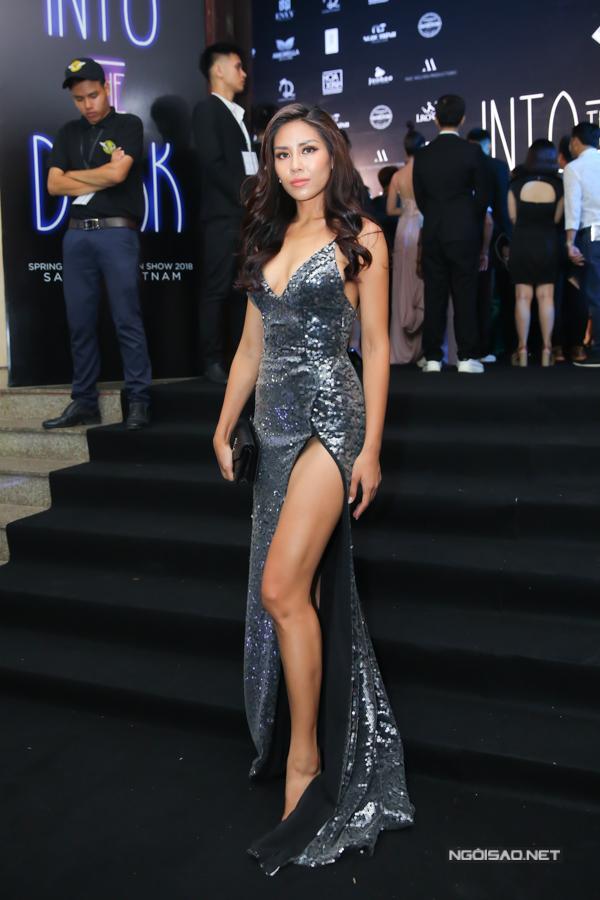 Nguyễn Thị Loan tự tin phô đường cong gợi cảm với váy dạ hội ánh kim.