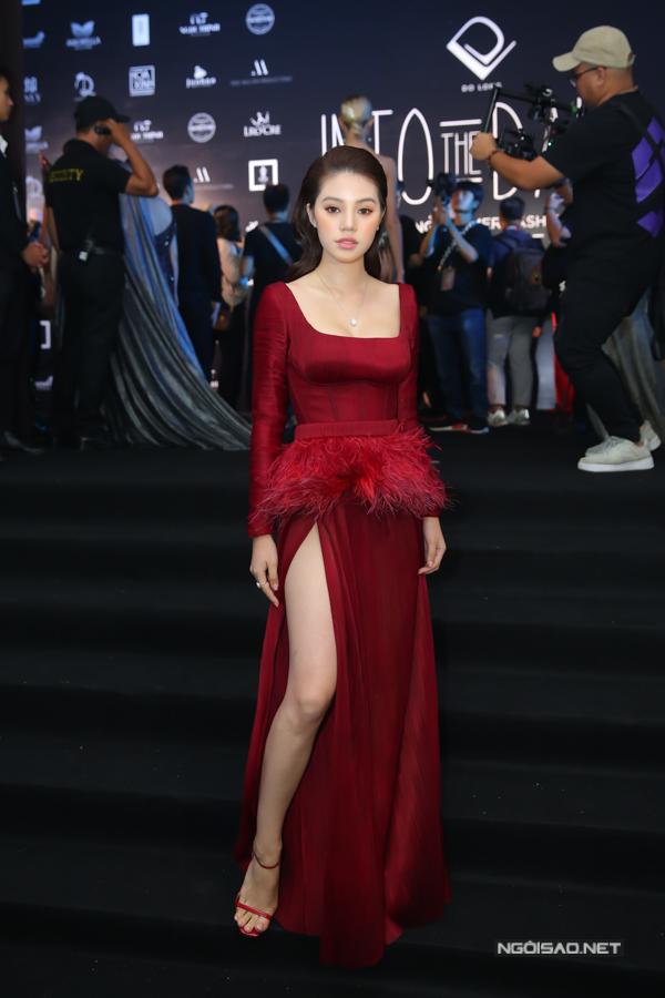 Jolie Nguyễn cũng chọn trang phục khéo khoe chân thon khi góp mặt cùng dàn người đẹp.