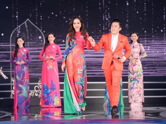 Lam Trường nắm tay dẫn các thí sinh trình diễn bộ sưu tập áo dài của nhà thiết kế Liên Hương.